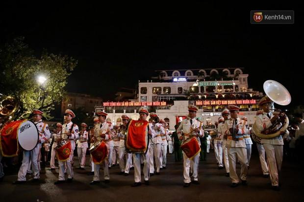 Người dân thủ đô thích thú với màn biểu diễn của Đội nhạc nghi lễ Công an trên phố đi bộ - Ảnh 1.