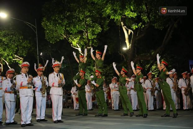 Người dân thủ đô thích thú với màn biểu diễn của Đội nhạc nghi lễ Công an trên phố đi bộ - Ảnh 7.