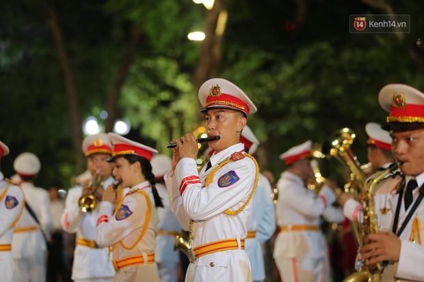 Người dân thủ đô thích thú với màn biểu diễn của Đội nhạc nghi lễ Công an trên phố đi bộ - Ảnh 13.