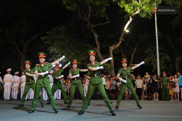 Người dân thủ đô thích thú với màn biểu diễn của Đội nhạc nghi lễ Công an trên phố đi bộ - Ảnh 11.