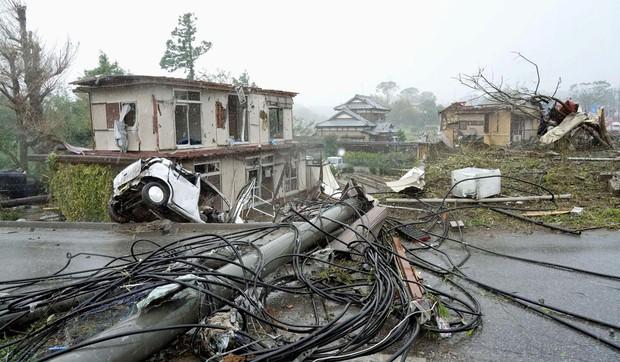 Những hình ảnh thể hiện sức tàn phá kinh khủng của siêu bão Hagibis khi nó còn chưa chính thức đổ bộ vào Nhật Bản - Ảnh 15.