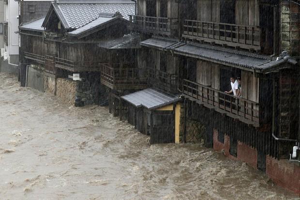 Những hình ảnh thể hiện sức tàn phá kinh khủng của siêu bão Hagibis khi nó còn chưa chính thức đổ bộ vào Nhật Bản - Ảnh 4.