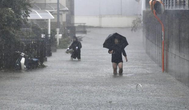 Những hình ảnh thể hiện sức tàn phá kinh khủng của siêu bão Hagibis khi nó còn chưa chính thức đổ bộ vào Nhật Bản - Ảnh 14.