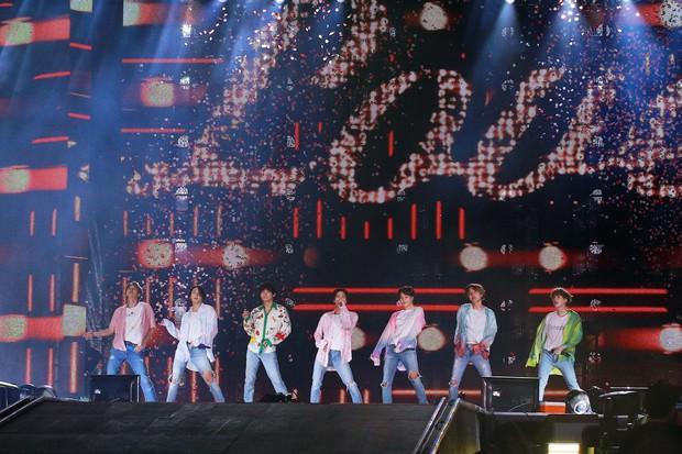 V (BTS) bất ngờ xuất hiện trên sân khấu concert với một chiếc tattoo mới, bất ngờ tạo trend khi fan rần rần cheap moment - Ảnh 4.