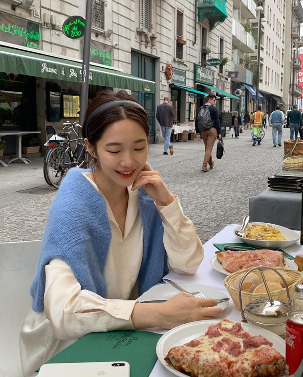 """Học gái Hàn chiêu diện áo sweater """"lấy lệ"""" sang chảnh hết mức, trời chưa lạnh hẳn vẫn áp dụng được ngon ơ - Ảnh 11."""