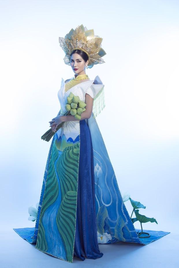 Ấn tượng với quốc phục mang cả hồ sen, đính kết 5000 viên pha lê mỹ nhân Việt chọn mang đến Hoa hậu Trái đất - Ảnh 1.