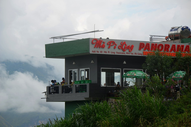 Ảnh: Tòa nhà trái phép Mã Pì Lèng Panorama bất ngờ được phủ xanh - Ảnh 2.