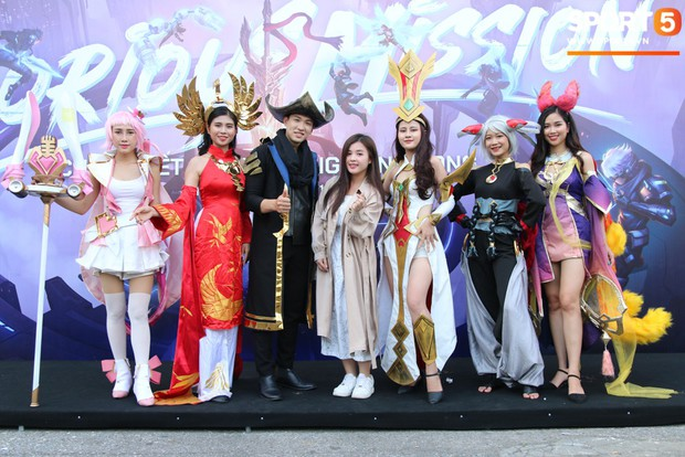 Đình Trọng bảnh bao, cùng bạn gái và em trai dự sự kiện Esports lớn nhất Việt Nam ngày hôm nay - Ảnh 9.