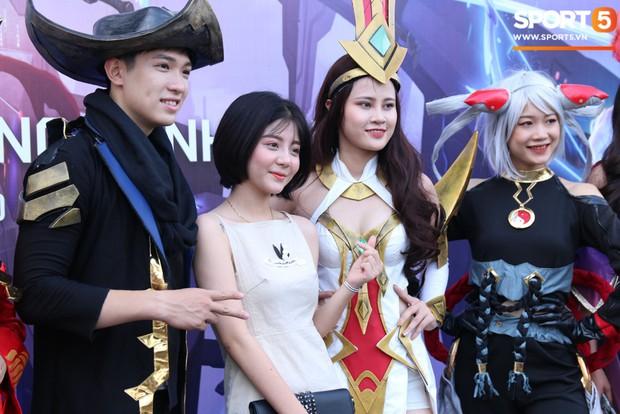 Đình Trọng bảnh bao, cùng bạn gái và em trai dự sự kiện Esports lớn nhất Việt Nam ngày hôm nay - Ảnh 8.