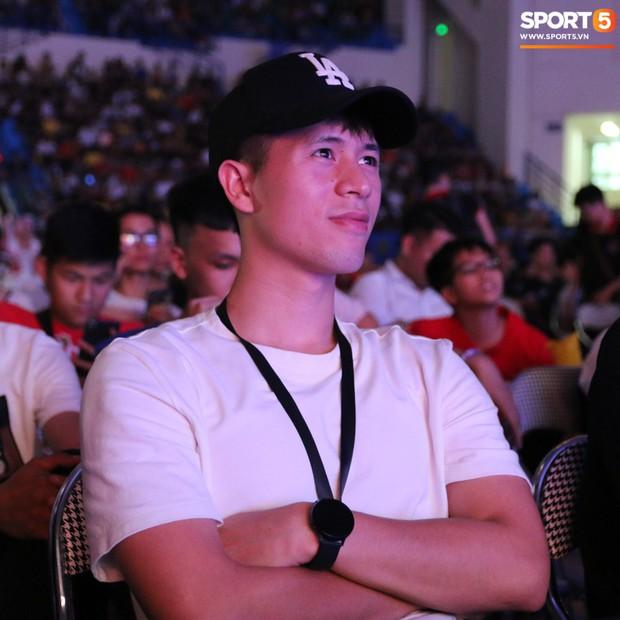 Đình Trọng bảnh bao, cùng bạn gái và em trai dự sự kiện Esports lớn nhất Việt Nam ngày hôm nay - Ảnh 3.