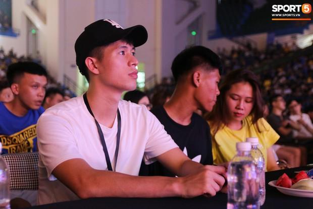 Đình Trọng bảnh bao, cùng bạn gái và em trai dự sự kiện Esports lớn nhất Việt Nam ngày hôm nay - Ảnh 1.