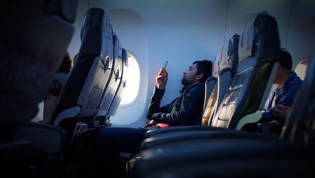 Tại sao đi máy bay luôn được thông báo phải tắt điện thoại hoặc chuyển sang chế độ riêng, nếu không làm theo thì sao? - Ảnh 3.