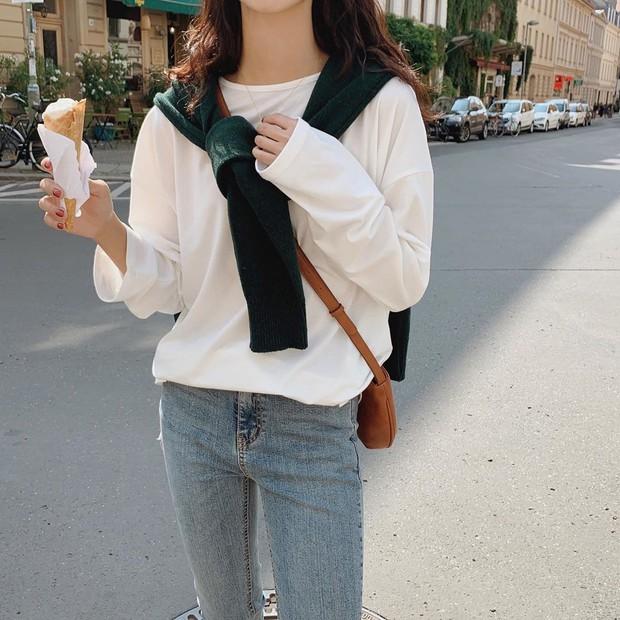 """Học gái Hàn chiêu diện áo sweater """"lấy lệ"""" sang chảnh hết mức, trời chưa lạnh hẳn vẫn áp dụng được ngon ơ - Ảnh 13."""