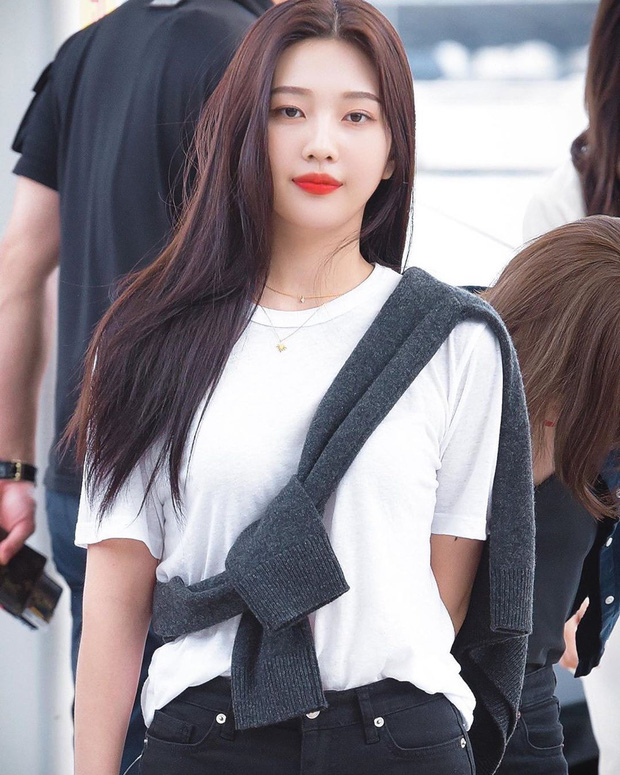 """Học gái Hàn chiêu diện áo sweater """"lấy lệ"""" sang chảnh hết mức, trời chưa lạnh hẳn vẫn áp dụng được ngon ơ - Ảnh 1."""