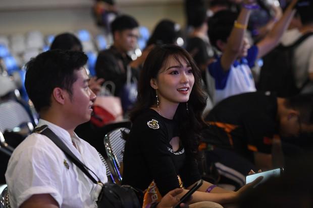 Chẳng kém gì bóng đá, ngày Chung kết giải Esports lớn nhất Việt Nam cũng quy tụ đủ đầy dàn gái xinh! - Ảnh 7.