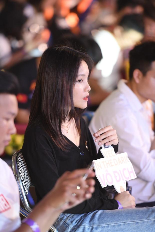 Chẳng kém gì bóng đá, ngày Chung kết giải Esports lớn nhất Việt Nam cũng quy tụ đủ đầy dàn gái xinh! - Ảnh 4.