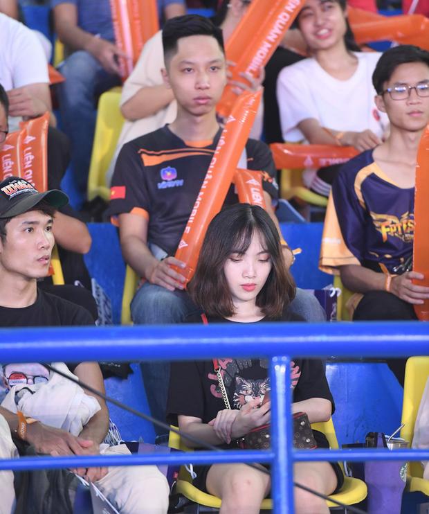 Chẳng kém gì bóng đá, ngày Chung kết giải Esports lớn nhất Việt Nam cũng quy tụ đủ đầy dàn gái xinh! - Ảnh 8.