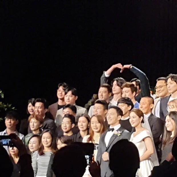 Đám cưới HLV gây bão: Cặp thần chết Lee Dong Wook - Gong Yoo bắm tim tung tóe, chiếm trọn spotlight vì đẹp bất chấp - Ảnh 2.