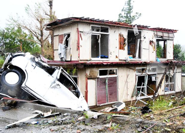Siêu bão Hagibis tiếp cận Nhật Bản: 2 người chết, nhiều trẻ em bị thương sau khi hàng chục ngôi nhà bị phá hủy do lốc xoáy kinh hoàng ở tỉnh Chiba - Ảnh 1.