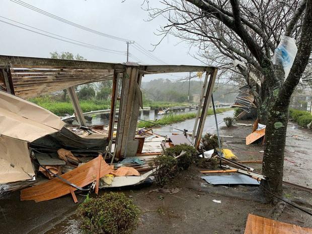 Những hình ảnh thể hiện sức tàn phá kinh khủng của siêu bão Hagibis khi nó còn chưa chính thức đổ bộ vào Nhật Bản - Ảnh 13.