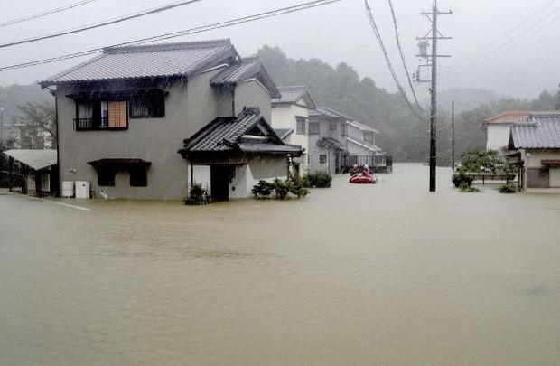 Siêu bão Hagibis chính thức đổ bộ vào Nhật Bản, khiến ít nhất 1 người chết, 33 người bị thương, dự kiến xả đập khiến nguy cơ lũ lụt trên diện rộng - Ảnh 1.