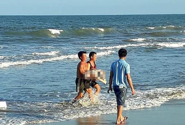 Đi tắm biển cùng bạn, cô gái trẻ đuối nước tử vong - Ảnh 1.