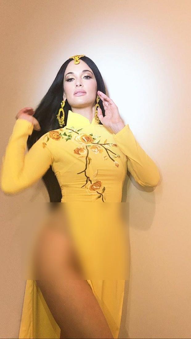 Ngô Thanh Vân bức xúc vụ nữ ca sĩ Kacey Musgraves mặc áo dài Việt nhưng quên mặc quần, còn cố khoe dáng kệch cỡm - Ảnh 2.