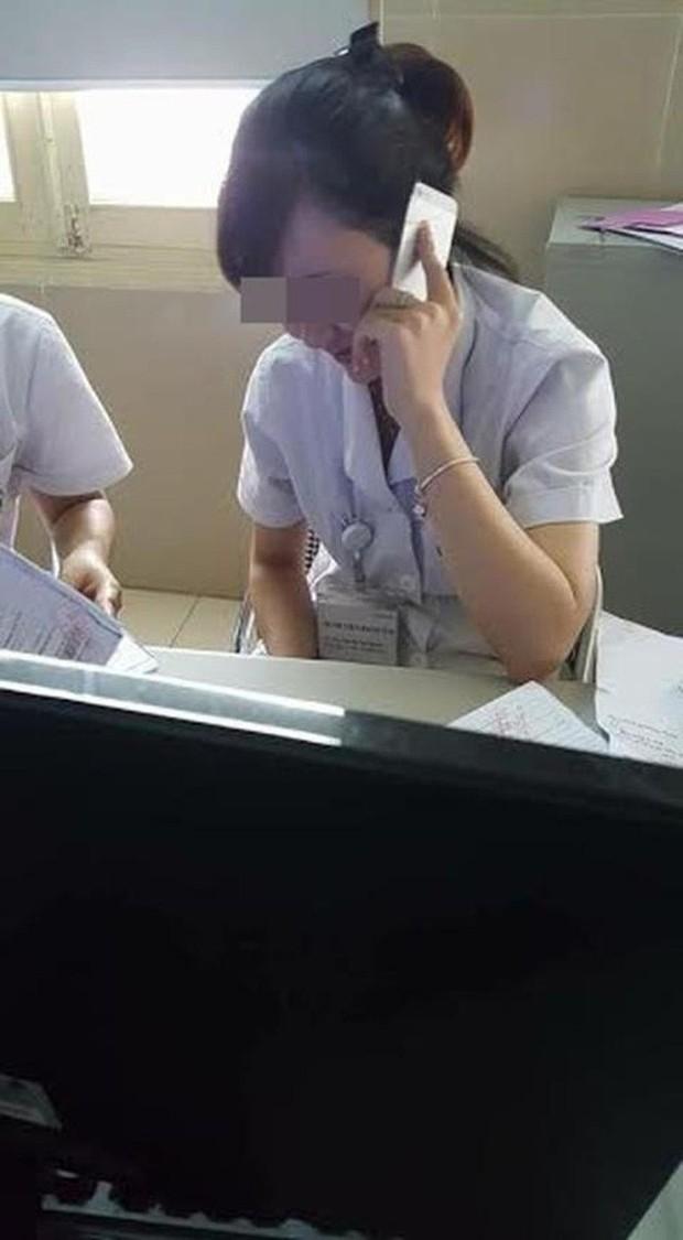 Xôn xao hình ảnh bác sĩ ngồi thản nhiên xem điện thoại dù bệnh nhân xếp hàng dài chờ đợi trong giờ hành chính - Ảnh 3.