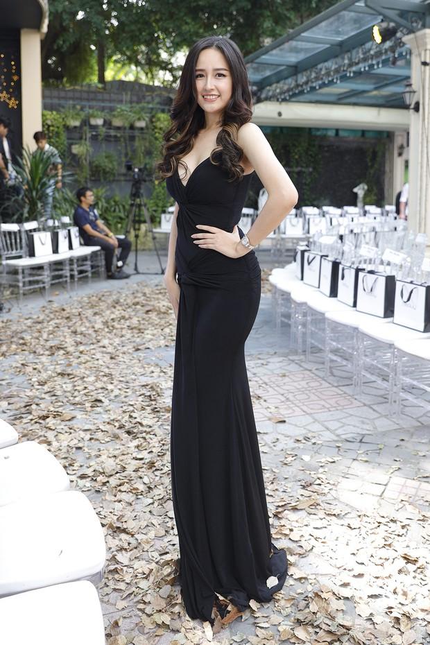 Lo bị nuốt chửng 3 vòng, Mai Phương Thuý vận dụng triệt để chiêu pose hình khi dự show quy tụ toàn Hoa hậu, Á hậu - Ảnh 2.
