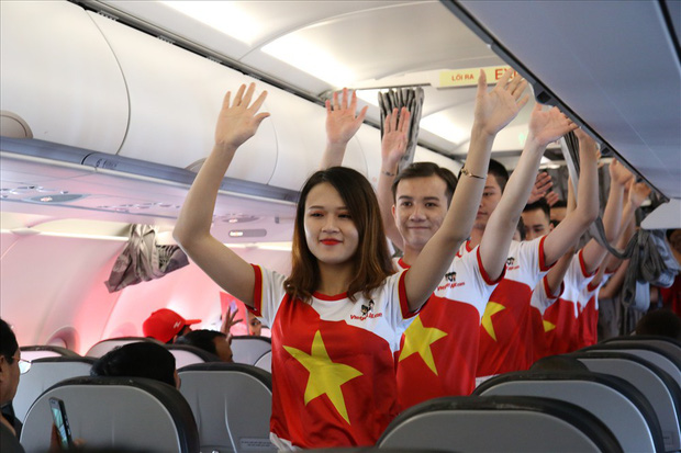 """Chuyến bay đặc biệt ở độ cao 10.000 mét, đỏ rực màu cờ sắc áo của hành trình """"Tôi yêu tổ quốc tôi"""" - Ảnh 3."""