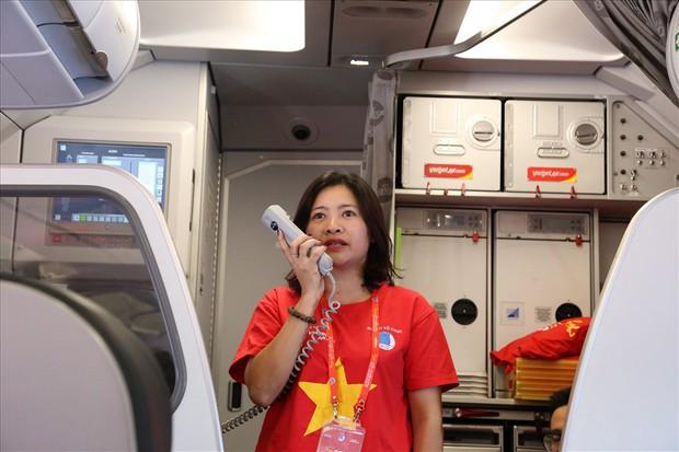 """Chuyến bay đặc biệt ở độ cao 10.000 mét, đỏ rực màu cờ sắc áo của hành trình """"Tôi yêu tổ quốc tôi"""" - Ảnh 4."""