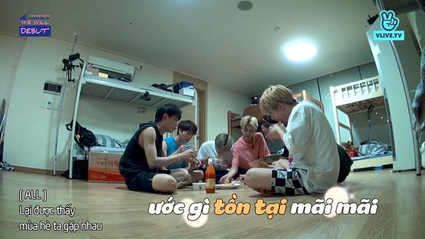 7 chàng trai D1Verse cùng chia nhau ăn mì gói, bật khóc khi được gọi điện về cho gia đình - Ảnh 2.