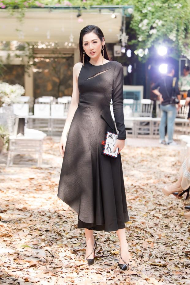 Lo bị nuốt chửng 3 vòng, Mai Phương Thuý vận dụng triệt để chiêu pose hình khi dự show quy tụ toàn Hoa hậu, Á hậu - Ảnh 3.