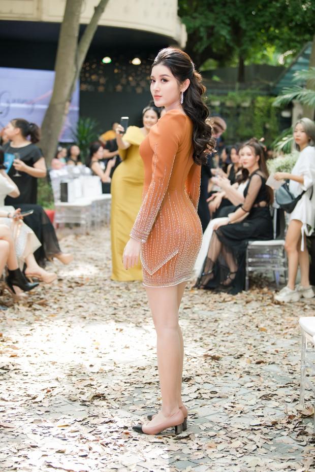 Lo bị nuốt chửng 3 vòng, Mai Phương Thuý vận dụng triệt để chiêu pose hình khi dự show quy tụ toàn Hoa hậu, Á hậu - Ảnh 5.