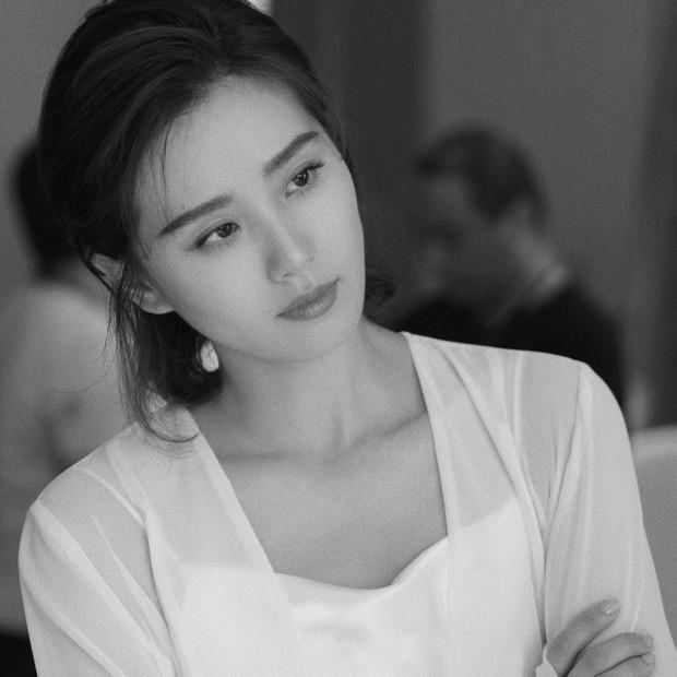 Cùng trở lại phim trường sau kì ở cữ: Lưu Thi Thi xinh đẹp thần thái, Triệu Lệ Dĩnh được khen chồng chăm béo tốt - Ảnh 2.