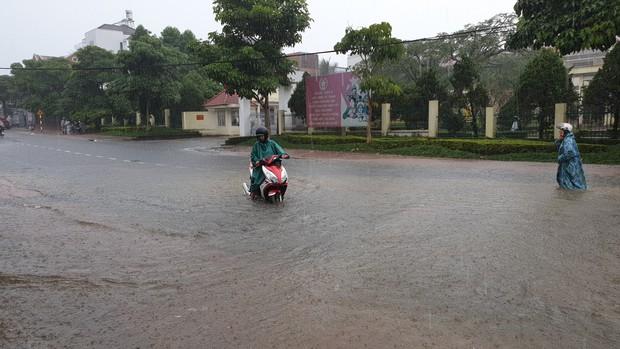 Mưa lớn kéo dài, hơn 100 nhà dân ở Bảo Lộc ngập sâu trong nước - Ảnh 1.