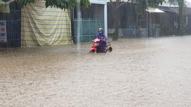 Mưa lớn kéo dài, hơn 100 nhà dân ở Bảo Lộc ngập sâu trong nước - Ảnh 4.