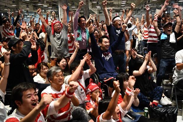 Khoảnh khắc xúc động: Ngay khi Quốc ca vang lên, tuyển Nhật Bản cùng các fan bật khóc vì thương đồng bào phải chống chịu siêu bão Hagibis - Ảnh 4.