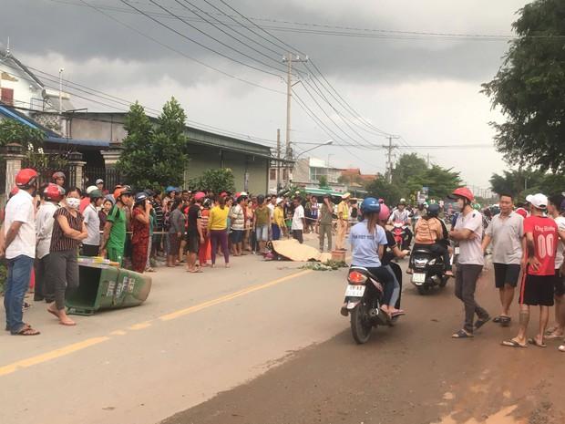 Bình Dương: 3 thanh niên thương vong sau tai nạn liên hoàn, hàng trăm người dân hiếu kỳ đứng xem khiến giao thông hỗn loạn  - Ảnh 1.