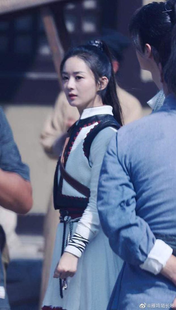 Cùng trở lại phim trường sau kì ở cữ: Lưu Thi Thi xinh đẹp thần thái, Triệu Lệ Dĩnh được khen chồng chăm béo tốt - Ảnh 4.