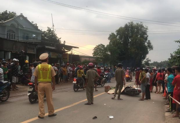 Bình Dương: 3 thanh niên thương vong sau tai nạn liên hoàn, hàng trăm người dân hiếu kỳ đứng xem khiến giao thông hỗn loạn  - Ảnh 2.