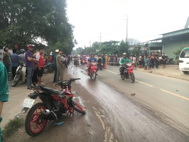 Bình Dương: 3 thanh niên thương vong sau tai nạn liên hoàn, hàng trăm người dân hiếu kỳ đứng xem khiến giao thông hỗn loạn  - Ảnh 3.