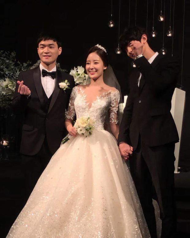 Chị gái phát thanh viên nổi tiếng lần đầu chia sẻ clip chụp cùng Chanyeol (EXO) trong đám cưới, vẫn là ngoại hình bảnh bao nhưng bàn tay nam idol mới gây chú ý - Ảnh 4.