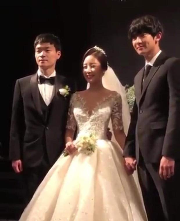 Chị gái phát thanh viên nổi tiếng lần đầu chia sẻ clip chụp cùng Chanyeol (EXO) trong đám cưới, vẫn là ngoại hình bảnh bao nhưng bàn tay nam idol mới gây chú ý - Ảnh 5.