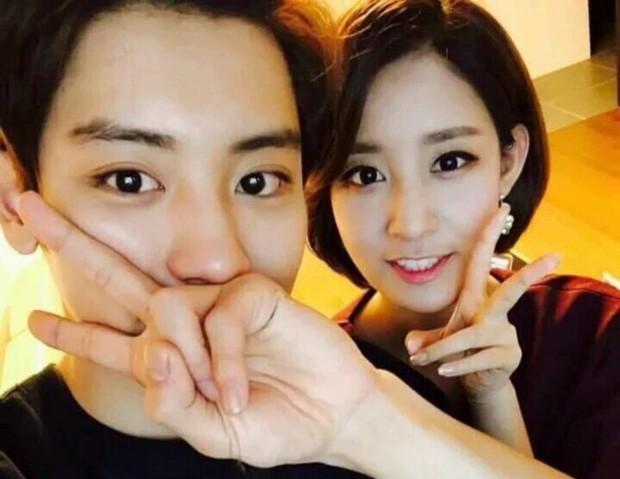 Chị gái phát thanh viên nổi tiếng lần đầu chia sẻ clip chụp cùng Chanyeol (EXO) trong đám cưới, vẫn là ngoại hình bảnh bao nhưng bàn tay nam idol mới gây chú ý - Ảnh 6.