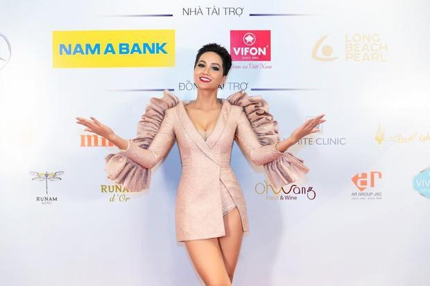 HHen Niê diện váy xẻ đùi: khi thì đẹp xuất sắc, lúc lại chẳng cảm nổi - Ảnh 7.