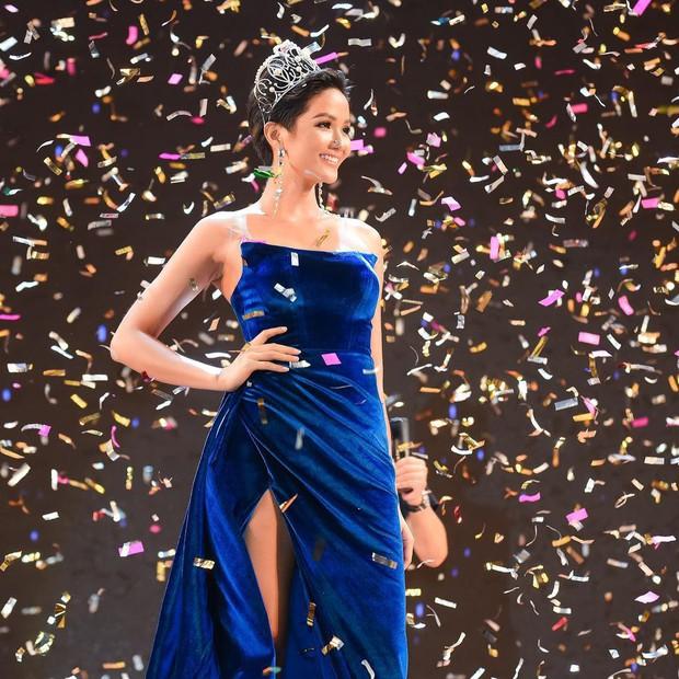 HHen Niê diện váy xẻ đùi: khi thì đẹp xuất sắc, lúc lại chẳng cảm nổi - Ảnh 2.