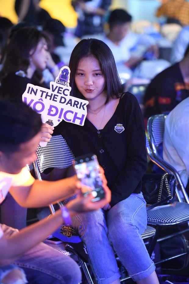 Chẳng kém gì bóng đá, ngày Chung kết giải Esports lớn nhất Việt Nam cũng quy tụ đủ đầy dàn gái xinh! - Ảnh 3.