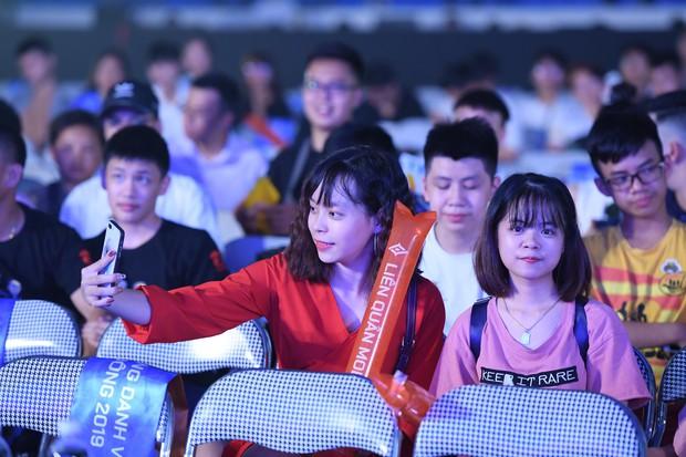 Chẳng kém gì bóng đá, ngày Chung kết giải Esports lớn nhất Việt Nam cũng quy tụ đủ đầy dàn gái xinh! - Ảnh 13.
