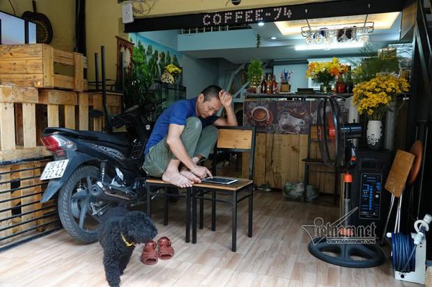 Chủ quán cà phê đường tàu muốn tự làm barie bảo vệ khách trong nhà - Ảnh 1.